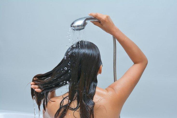 Ополаскивайте волосы и кожу головы