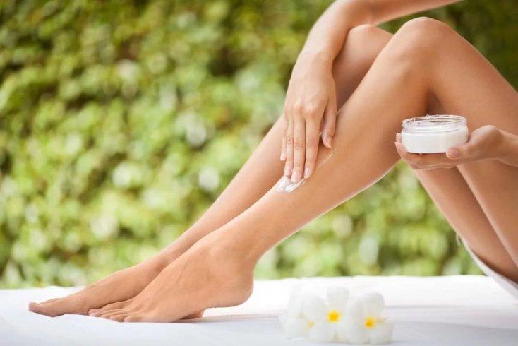 Использование кремов и лосьонов, чтобы успокоить раздраженную красную кожу