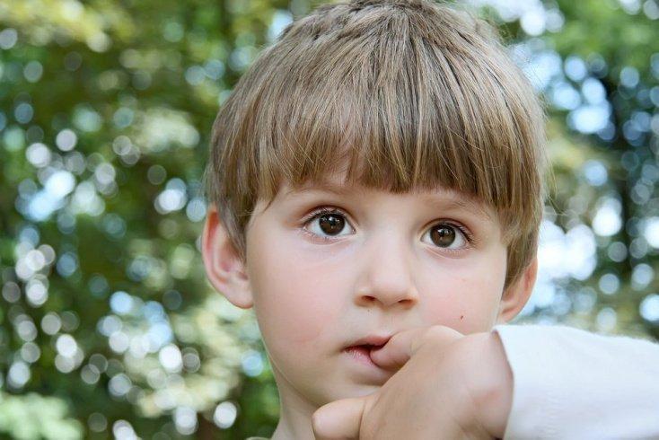 Ребенок грызет ногти: как отучить