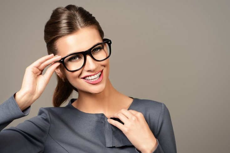 Общие правила создания макияжа при ношении очков