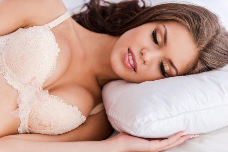 Миф: «Сон в бюстгальтере способствует сохранению формы груди»