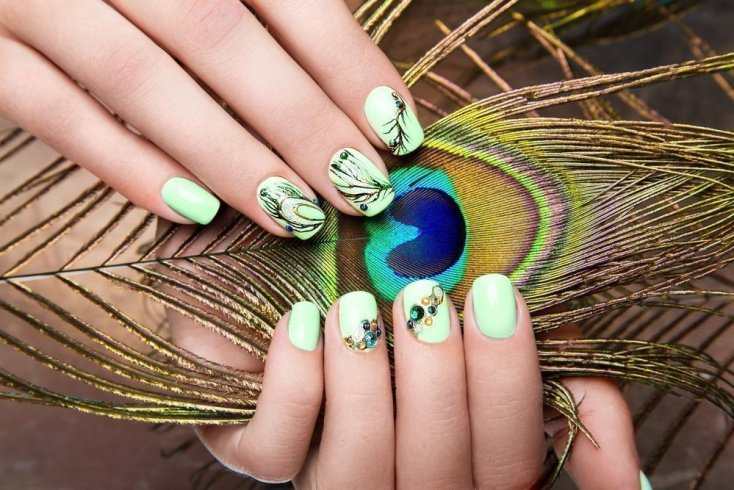 Павлиньи перья на ногтях