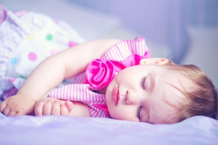 Почему малыш путает день и ночь: мнение психологов