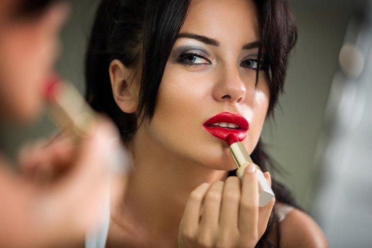 Стойкая помада: полезна ли для здоровья кожи губ?