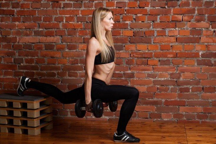 Занятия фитнесом для бедер и мышц ног