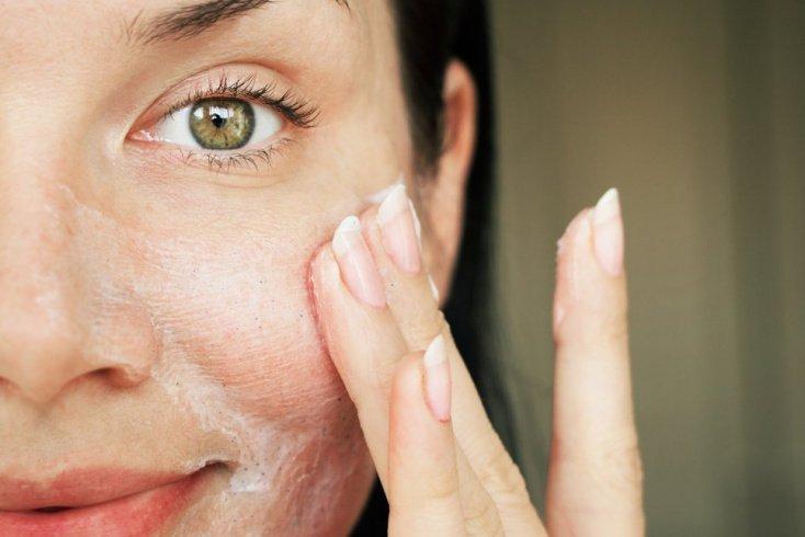 Использовать одно средство для снятия макияжа и очищения