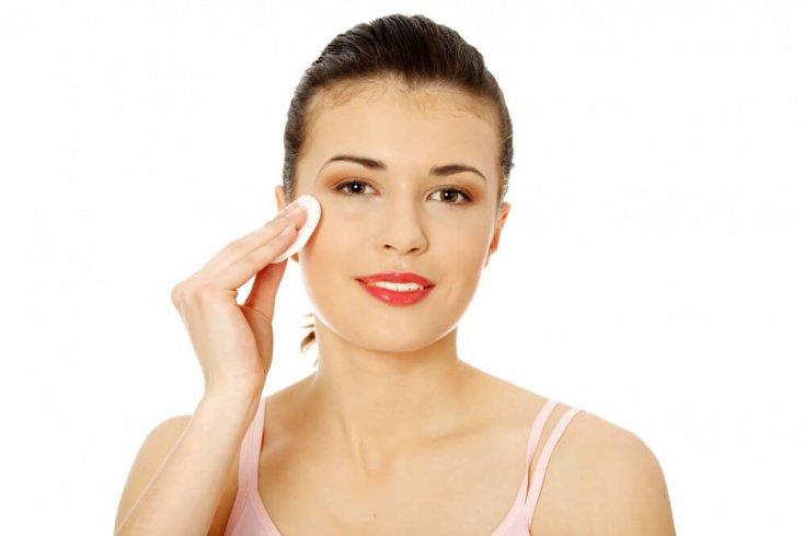 Домашний уход за проблемной кожей лица в области глаз