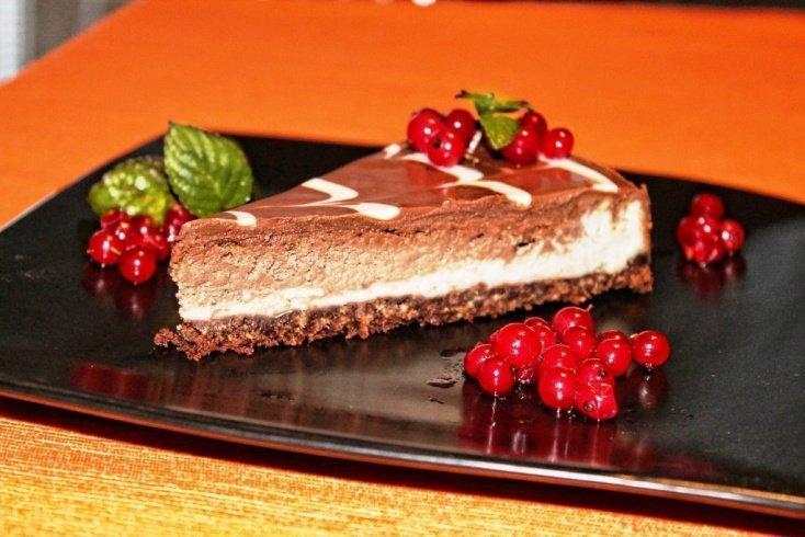 Шоколадный чизкейк с ягодами
