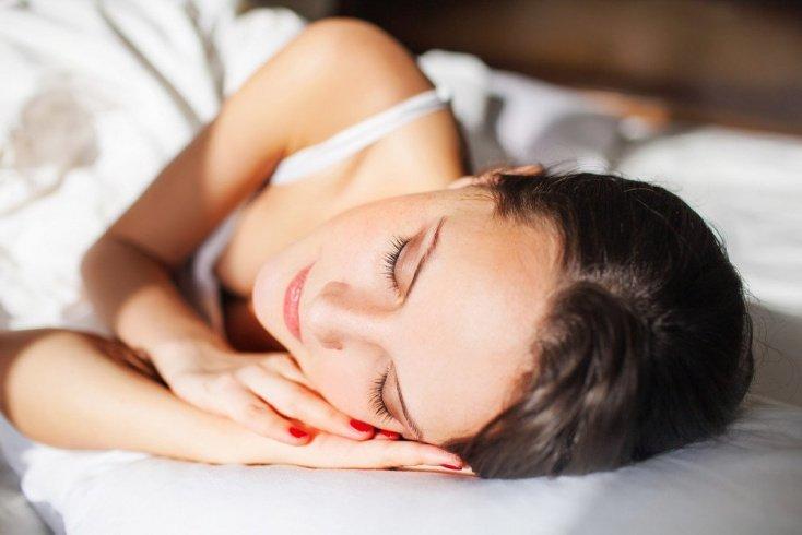 Чем опасен сон с макияжем на лице