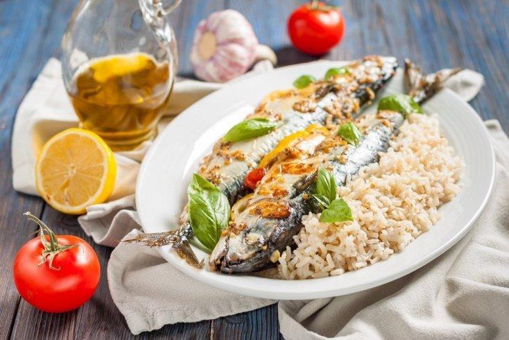 Скумбрия, фаршированная рисом и ягодами