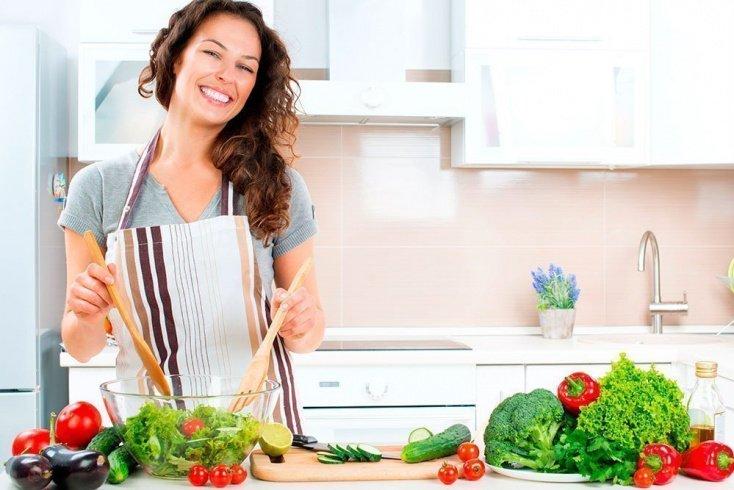 Вегетарианские рецепты: салат из брюссельской капусты с яблоком и орехами